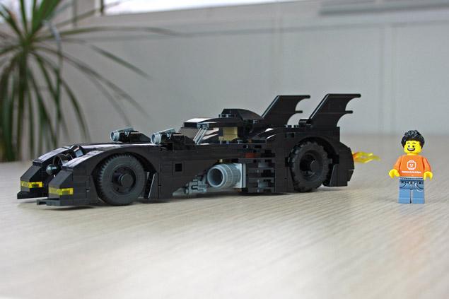 La Mini Batmobile LEGO 40433 à côté de notre minifigurine