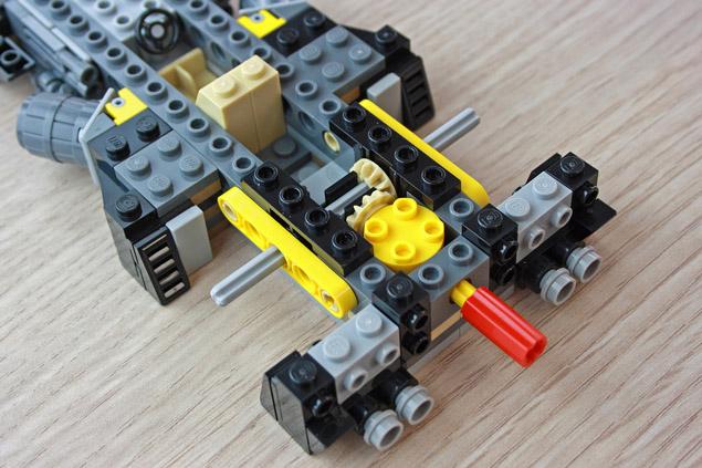 Le mécanisme qui fait tourner la flamme de la Mini Batmobile LEGO 40433