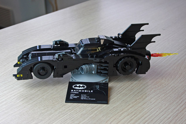 La Mini Batmobile LEGO 40433 sur son socle roratif